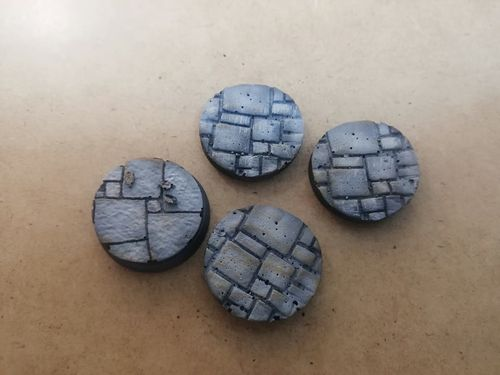 Pack of 10 round 25mm resin bases with paving stones