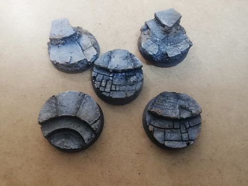 Pack of 10 round 25mm resin bases with steps
